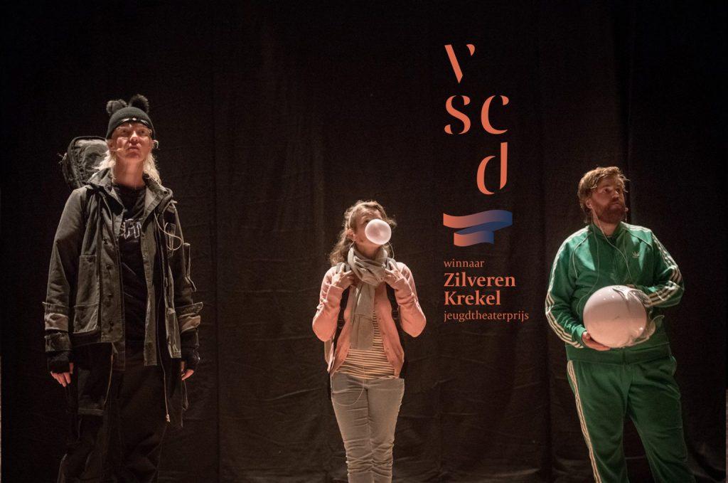 Theater Artemis - Zilveren Krekel voor (…..) een voorstelling die schijt heeft aan zijn eigen vage titel